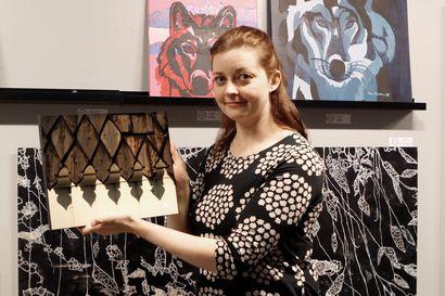 """Taidelainaamoviikot-näyttelyn teoksia voi ostaa tai lainata omaan kotiin – """"Vielä ei ole kukaan teosta palauttanut"""""""