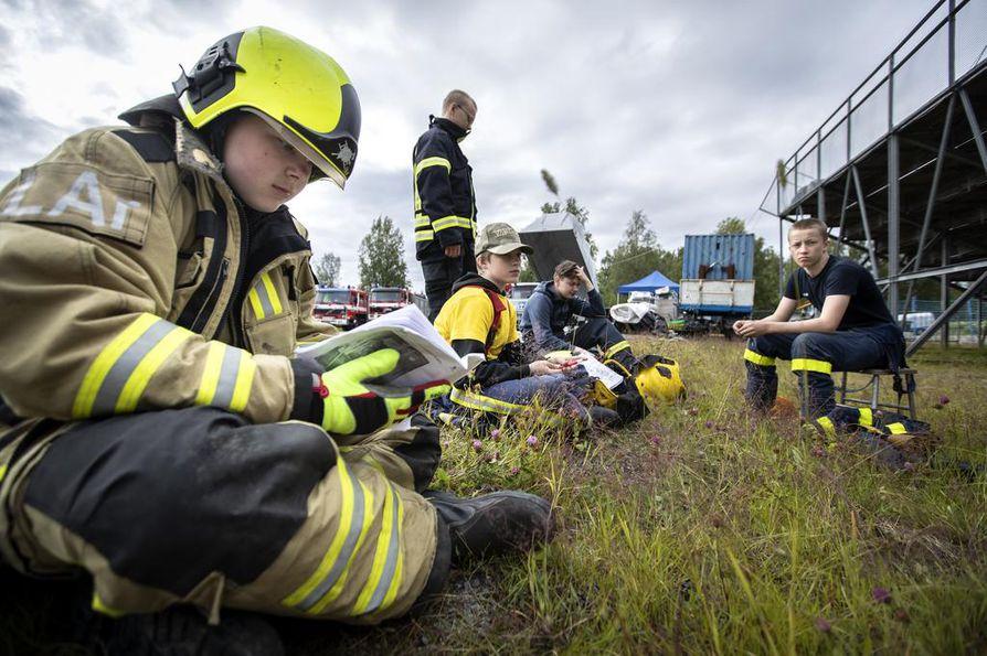 Tasokurssi neljän Vilho Arvio, Eetu Lindelä, Jussi Kerkelä, Jaakko-Sakari Ek ja Tuukka Karvonen (takana) pitivät taukoa harjoiteltuaan aamun ovien murtamista.
