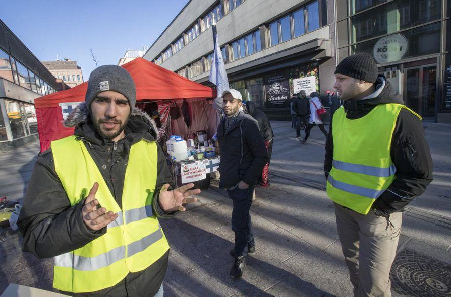 Turvapaikanhakijat osoittivat Valkean edustalla Oulussa mieltään palautuksia vastaan maaliskuussa 2017.  Telttaan kiinnitetyssä lapussa vedotaan, ettei heitä lähetettäisi kuolemaan.