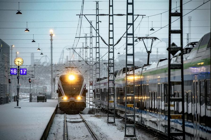 Aapeli-myrsky sekoitti junaliikennettä ja vaikutukset näkyvät yhä torstaina.