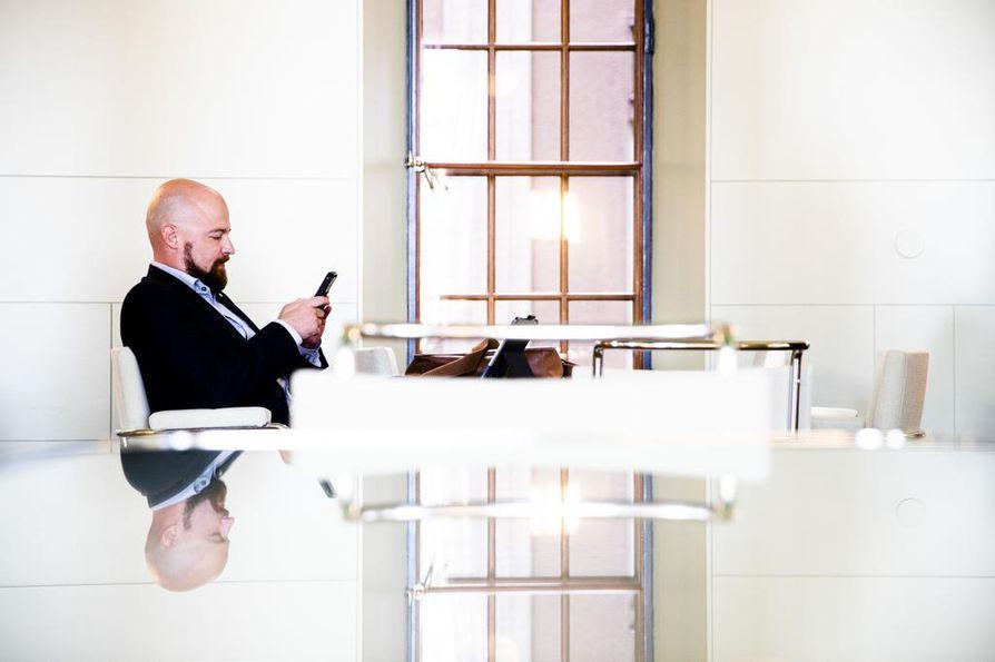 Keskustan kansanedustaja Mikko Kärnä joutui myrskynsilmään viestittelynsä takia. Seiska-lehti paljasti, että viestiliikenteessä kulki myös alastonkuvia.