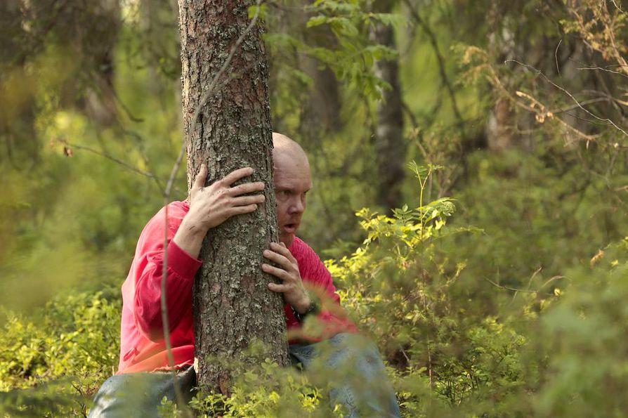 """""""Arvoisa eloyhteisö, Metsäbaletissa on radikaalia toivoa."""" Produktion koollekutsujana toimi kajaanilaisen Routa Companyn taiteellinen johtaja Saku Koistinen, joka tässä halii Pöllyvaaran komeaa puuta."""