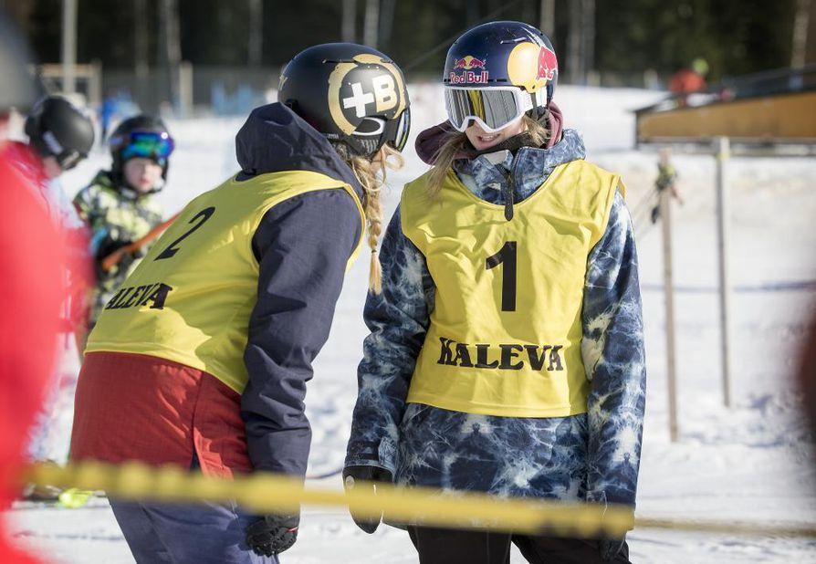 Kristiina Nisula ja Enni Rukajärvi kisasivat Ookkonää Big Airin kutsukilpailussa.