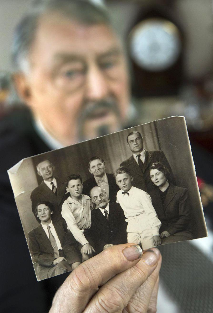Vladimir von Witte esittelee kuvaa, jossa hän itse on nuorena poikana valkoisessa paidassa. Muut kuvan henkilöt ovat täti Veera Krestjanoff (vas.), tämän aviomies Fedja Kirschoff, serkku Vladimir Krestjanoff, vaari Waldemar von Witte, kotiapulainen Masha sekä isä Vladimir ja äiti Alexandra von Witte.