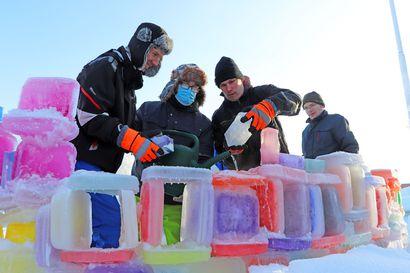 Nyt kaikki yhdessä jäätaidetta tekemään! – Pudasjärven työkeskuksen pihalla kimmeltävää värien leikkiä jäätaideteoksessa