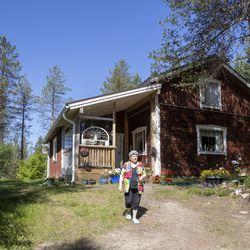 """Irma Koppelo on elänyt 20 vuotta yksin Jäkälävaaran sydänmaassa–""""En osaa pelätä mitään paitsi joskus ukonilmaa"""""""