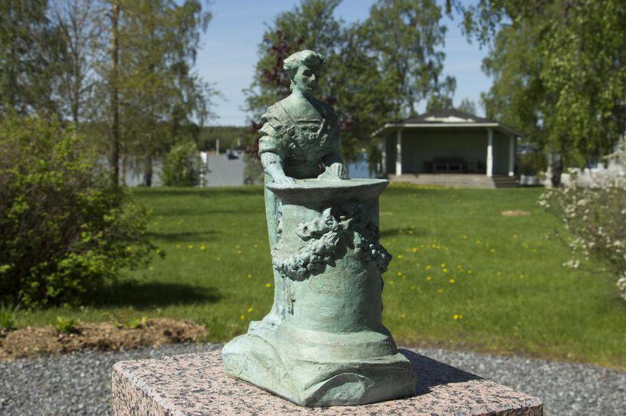 Puistossa on Emil Cedercreutzin pienoisveistos Aurinkokellon luona vuodelta 1911.