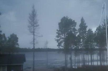 Posiolainen Ilkka Säkkinen kuvasi komean salaman  Posiolla.