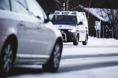 Kaksi etsintäkuulutettua miestä anasti polttoainetta Keminmaassa ja pakeni poliisia aiheuttaen vaaratilanteita – Meri-Lapin poliisilla riitti tekemistä liikenteen turvaamisessa