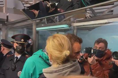 Navalnyi joutui varoittamatta pikaoikeudenkäyntiin poliisiasemalla