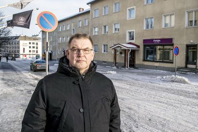 Bussit tukkivat kerrostalon liittymän – Asukkaiden mitta täyttyi bussien villiin pysäköintiin Rovaniemen Aallonkadulla