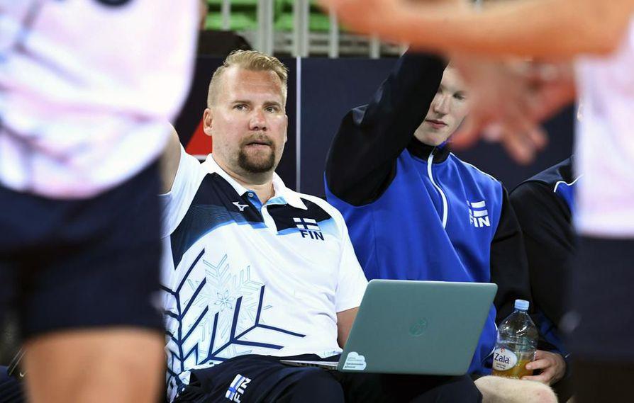 Sami Kurttila analysoi väsymättömästi kentän tapahtumia ja suodattaa tiedonmurusista vinkit päävalmentajan sekä pelaajien käyttöön.