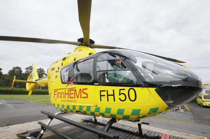 Kohteeseen ensimmäisenä ehti FinnHemsin helikopteri, jonka henkilöstö poimi kelkkailijan kopterin kyytiin. Arkistokuva.