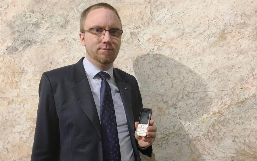 Kansanedustaja Simon Elo (sin.) kertoo ymmärtävänsä, että tiettyihin maihin kansanedustajan asemassa ei kannata viedä minkäänlaisia älylaitteita.