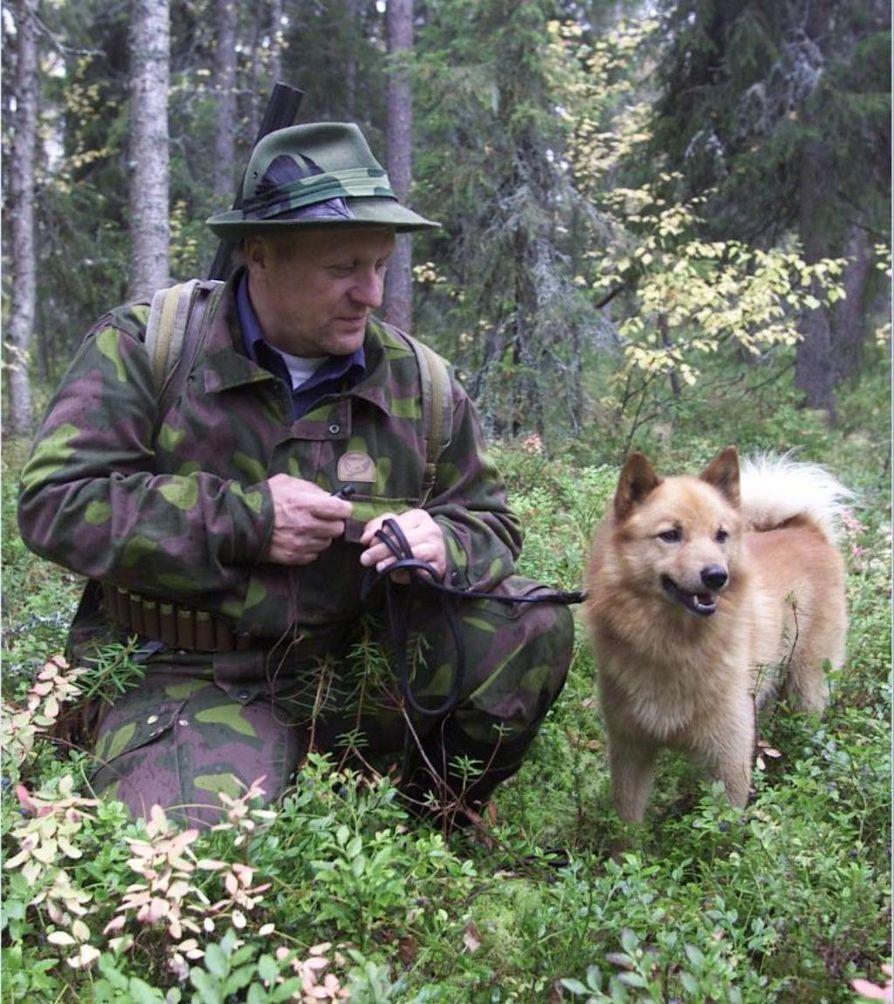 Suomenpystykorva on kulkenut suomalaisten mukana pitkään. Kuvassa suomenpystykorva Sami ja Tarmo Kyllönen lintujahdissa Kuusamossa.
