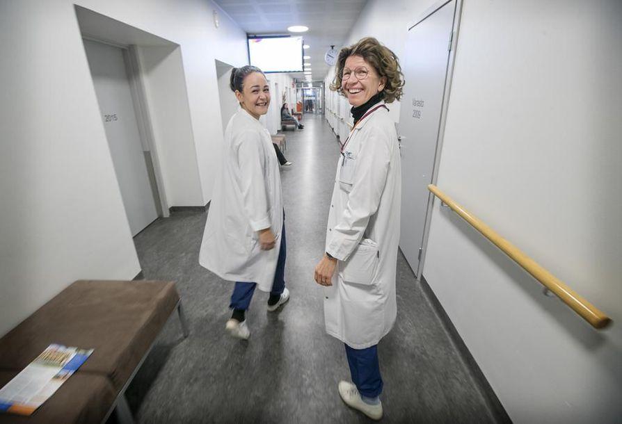 Terveyskeskuslääkärit Kristiina Mäkelä (vas.) ja Peppina Niskakangas kävelevät työpäivänsä aikana aina, kun se on mahdollista.
