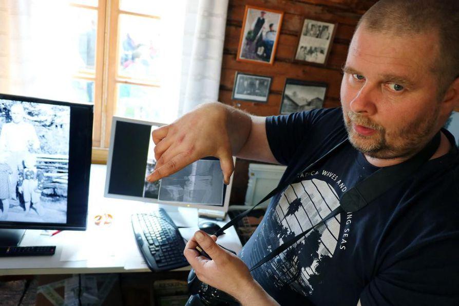 Mikko Ojalla on käsissään tarkka työmaa, sillä kymmeniä vuosia vanhoihin lasinegatiiveihin ei saa jäädä rasvaisia sormenjälkiä. Juho Hemmingin  ottamista kuvista aletaan seuraavaksi tunnistaa henkilöitä ja kuvauspaikkoja. Aiheen ympärille järjestetään kyläiltoja eri puolilla Merijärveä.