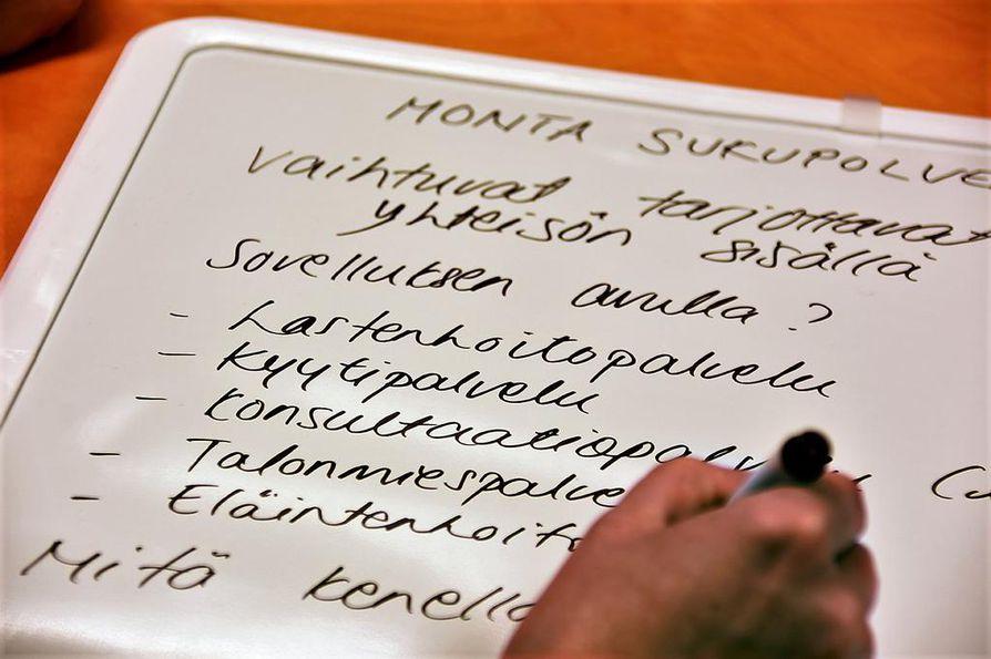 Päättäjien seminaaripäivän ideariihessä mietittiin, minkälaista elämää Älykylässä voitaisiin elää tiiviin kyläyhteisön keskuudessa ja miten ekologinen rakentaminen mahdollistettaisiin mahdollisimman edullisin kustannuksin.