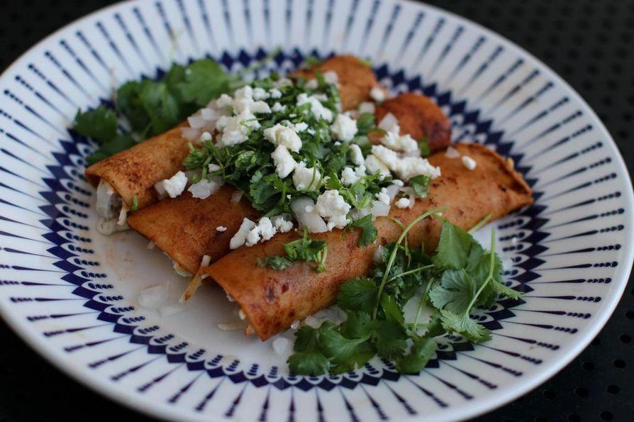 Punaista enchilada-kastiketta valmistettaessa pannulla paahdettava chili saa kokin yskimään. Lopputuloksessa voimakas kastike maistuu kuitenkin juuri sopivasti.