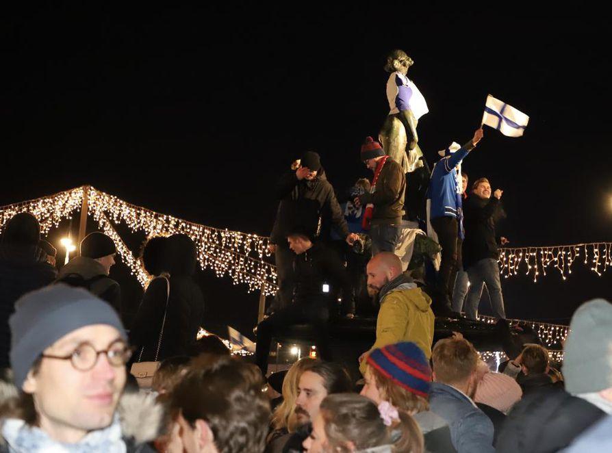 Havis Amandan patsaalle kerääntyi satoja juhlijoita perjantai-iltana.