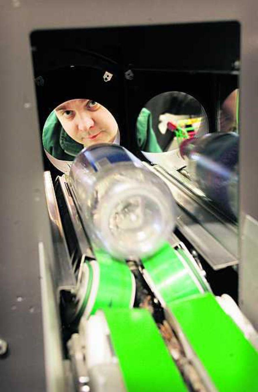 Myyntipäällikkö Petri Rissasen on helppo hymyillä.  Limingantullin Prismassa kesällä 150 000 eurolla uusittu pullonpalautusjärjestelmä toimii moitteettomasti ja on jo säädetty myös  kertakäyttöpulloja varten.