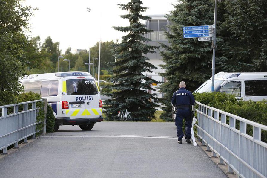 Poliisi sulki myös Raatinsaareen kulkevat kevyen liikenteen väylät.