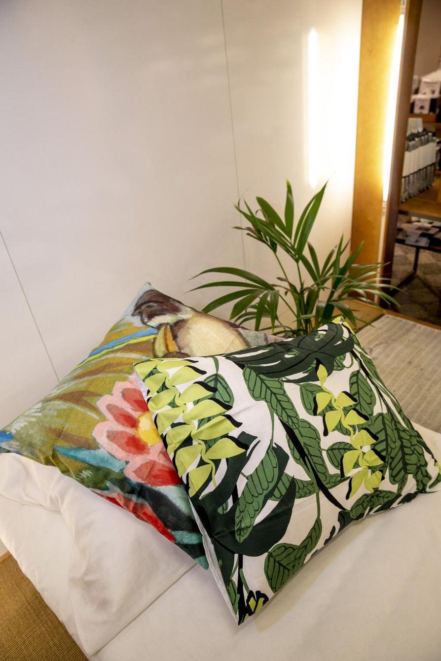 Pauliina Variksen suunnittelema Bunaken toimii trooppisessa tunnelmassa hyvin yksivärisenn printtikankaan kaverina.