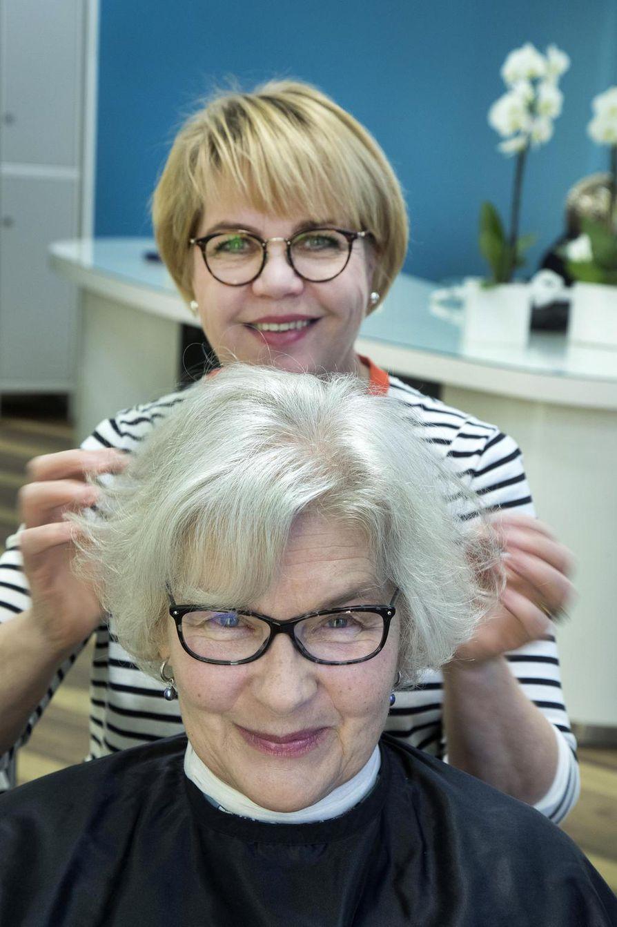 Rauni Ahonen föönasi Regina Montellin hiukset käsittelyn lopuksi.