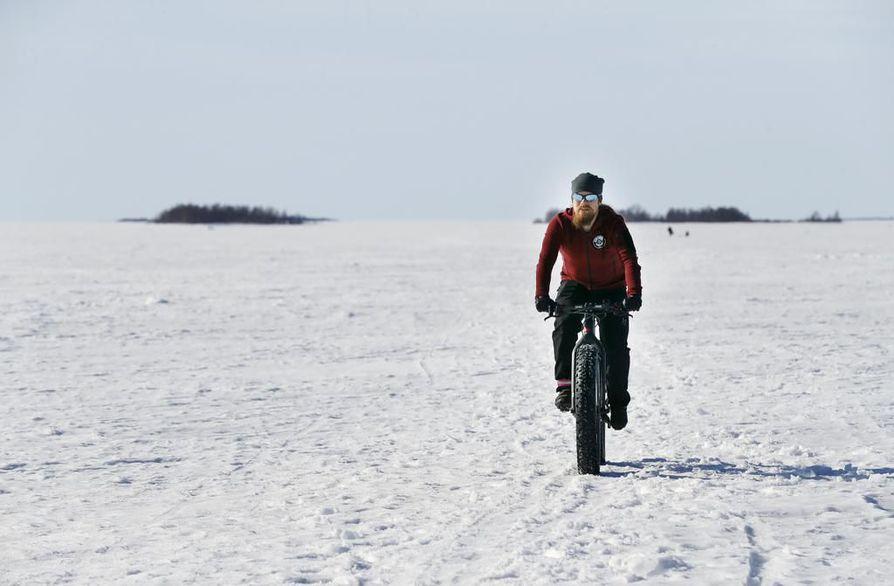 Pekka Tahkola tietää mistä puhuu hehkuttaessaan läskipyöräilyä. Viime viikolla hän lähti neljältä eräänä aamuna merelle pyöräilemään, jotta ehti tehdä noin 50 kilometrin lenkin kantavalla hangella ennen työpäivän alkua.