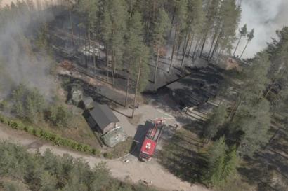 """Maastoa paloi Vaalan Multipakassa – """"Olin juuri hakemassa vaimoa autolla juna-asemalta, kun huomasin ison savupatsaan"""", katso video"""