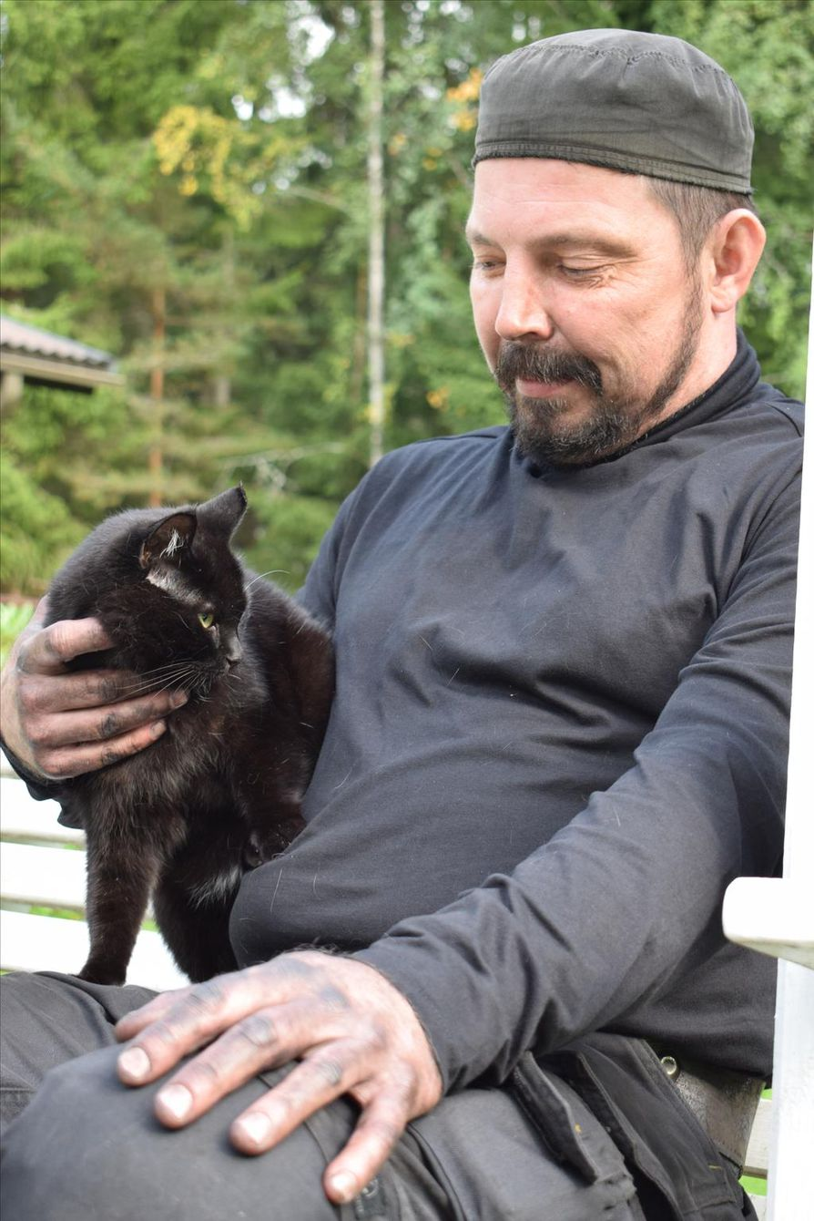 Nuohoojalla täytyy tietenkin olla musta kissa. Gumman-kissa on tällä hetkellä Tuomas Nybergin ainoa eukko.