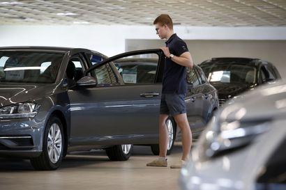 Korona muutti autokaupan myyntiä: vaihtoautoista jo pulaa – sähköautojen suosion kasvu nostanut uusien autojen keskihintaa