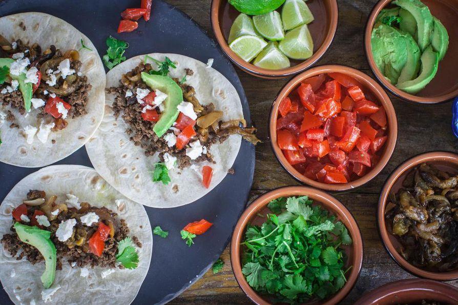 Vähärasvainen hirven jauheliha on nappivalinta myös meksikolaiseen tyyliin valmistettuihin ruokiin. Paahteiset vihreät paprikat kysyvät vähän vaivannäköä, mutta tuovat annokseen juuri sopivaa särmää. Jos tykkäät tulisesta, lisää joukkoon vihreitä chilejä.