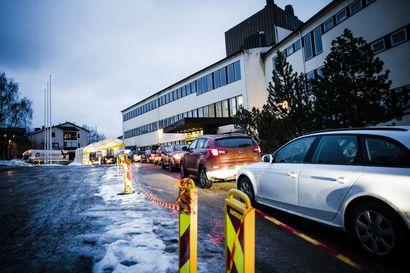 Kiihtymisvaihe rajaa kokoontumiset 20 henkilöön – Testaus paikoin ruuhkautunut Rovaniemellä