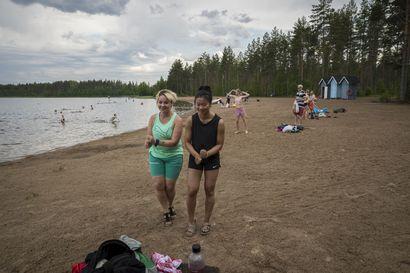 """Vapaapäivä on lomailevan oululaisen Katariina Lukkarisen mielestä """"suunnittelematta paras"""" – torstaina rikkoutunut kesän lämpöennätys veti rannalle ihmisiä aarteenetsijöistä tanssahtelijoihin"""
