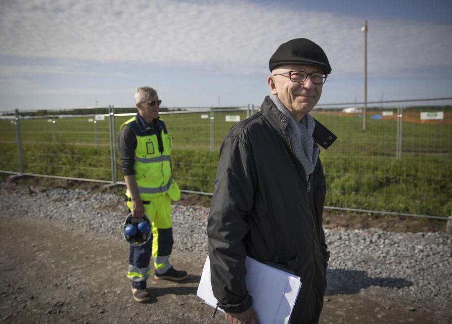 Tällä hetkellä Matokorvessa pystytetään aitoja ja sisustetaan telttoja, kertovat Muhoksen Suviseurojen päätoimikunnan puheenjohtaja Timo Aho (oik.) ja kenttämestari Markku Räisälä.