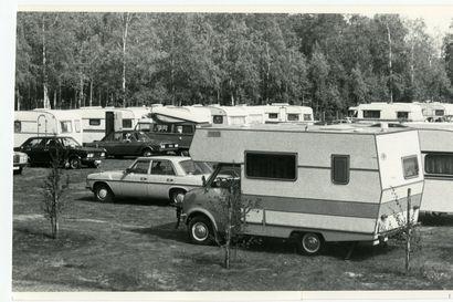 Vanhat kuvat: Asuntoautoissa majoituttiin Nallikarissa jo 70-luvulla, Keminmaassa esiteltiin Suomen suurinta matkailuautoa
