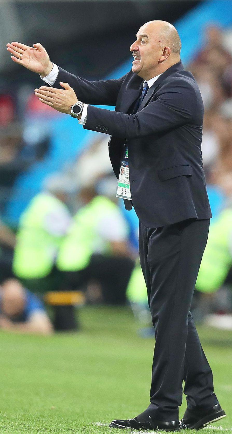 Venäjän valmentaja Stanislav Tshertshenov johdatti joukkueensa yllätykseen ja pääsi presidentti Vladimir Putinin suosioon.
