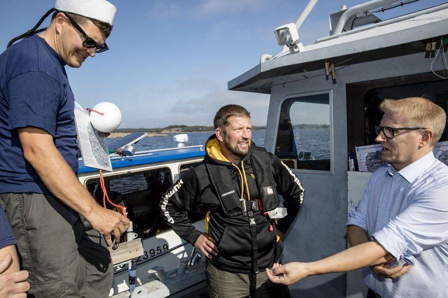 Markku Luoto, Ari Kapanen ja ministeri Kimmo Tiilikainen hylkypuiston avajaistunnelmissa.