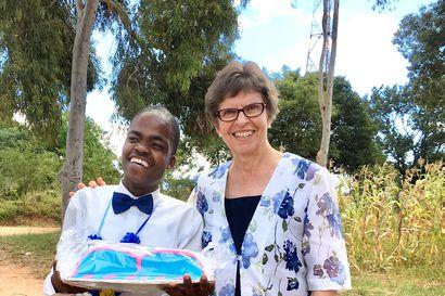 """Oululaislähtöinen lastenlääkäri Leena Pasanen teki elämäntyönsä Tansaniassa ja kokosi aidsin ja nälänhädän täyteiset muistot kansien väliin – """"Aivan kaikesta oli pulaa"""""""