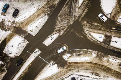 Kadut muuttuivat vesiväyliksi ja luistinradoiksi: katso videolta, miten Rovaniemen Valtakadusta tuli vesiväylä