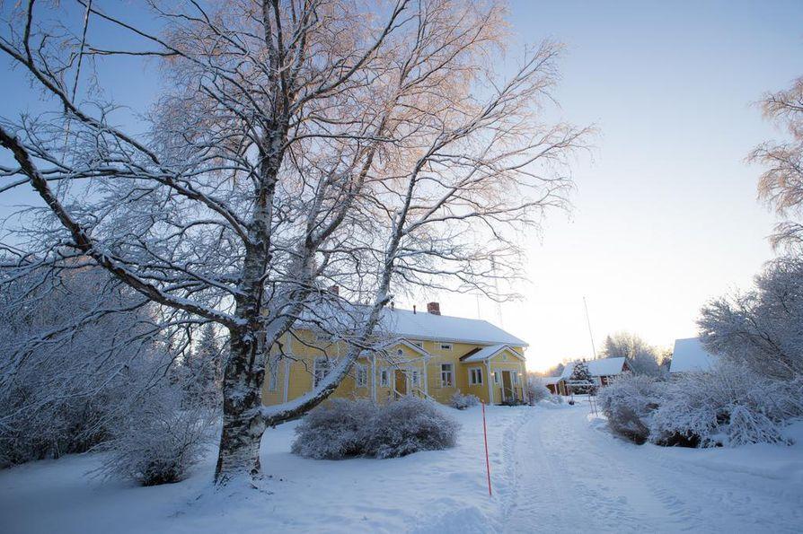 Onni Uhre ihastui Haaralan tilan pihapiiriin jo lapsena. Talo on toiminut aikoinaan kauppana, neuvolana ja koulunakin.