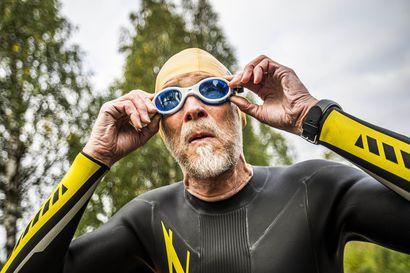 Erkki Anunti säikyttelee rannaltakatsojia uimalla keskellä Kemijokea – tällainen on Suomen vanhin teräsmies, jonka ruutuvihkojen harjoituskilometrit yltäisivät lähes yhdeksän kertaa maapallon ympäri