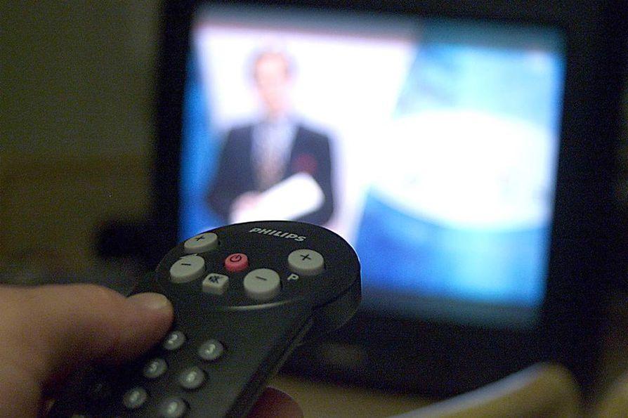Suomalaiset viihtyvät yhä tiivisti television ääressä, mutta erilaiset älylaitteet vähentävät perinteisen tv:n suosiota.