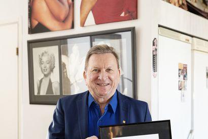 Presidentti Sauli Niinistön onnittelukirje pääsee Lyly Rajalan kodissa lukemattomien Marilyn Monroen kuvien rinnalle