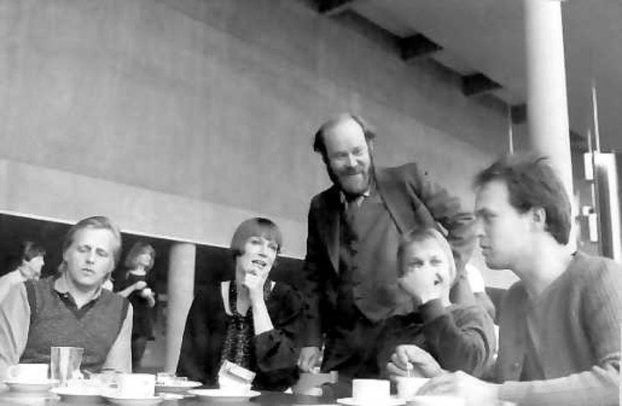 Oulun oma poika. Yksi Risto Tuorilan palkitsemisperusteista oli Oulu-uskollisuus. Tässä Tuorila (vas.) Oulun kaupunginteatterin uutena näyttelijänä teatterinjohtaja Markus Packalénin edessä elokuussa 1981. Muut uudet ovat Liisa Toivonen, Markku Maksimaa ja Hannu Pelkonen.