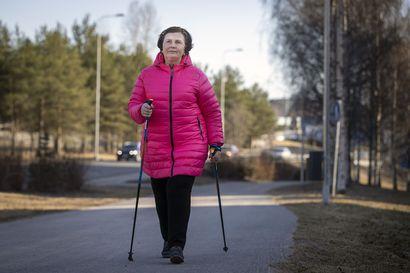Koronakaranteeni koettelee ikääntyvien toimintakykyä – Näillä kotijumppaohjeilla vahvistat lihaskuntoa ja tasapainoa