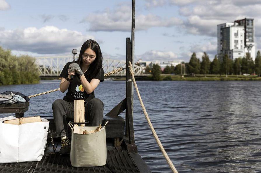 Mayumi Itoh on ollut Kesän Saunalla lähes joka päivä Ouluun saapumisestaan lähtien. Hän pitää saunaa pyörittäviä talkoolaisia kiinnostavana yhteisönä, johon on ollut helppo tulla.