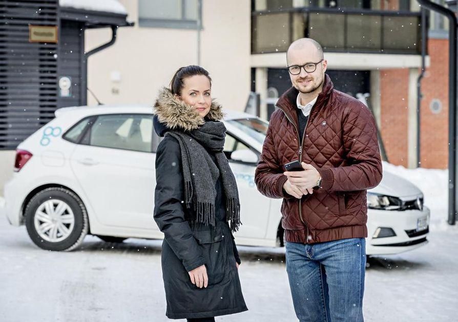 Oulussa ajetaan helpotuksia velvoiteautopaikkojen rakentamiseen, jos alueelle tulee yhteiskäyttöautoja, kertovat projektipäällikkö Tanja Pelkonen rakennusliike LapTista ja Tommi Jokelainen Omagosta.