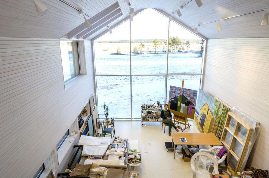 Taiteilija Elina Förstin sadan neliön ateljeessa on tilaa ja valoa maalata jättimäisiä latoja. Kevään puhdas valo hulmuaa sisään viisi metriä korkean lasiseinän läpi.